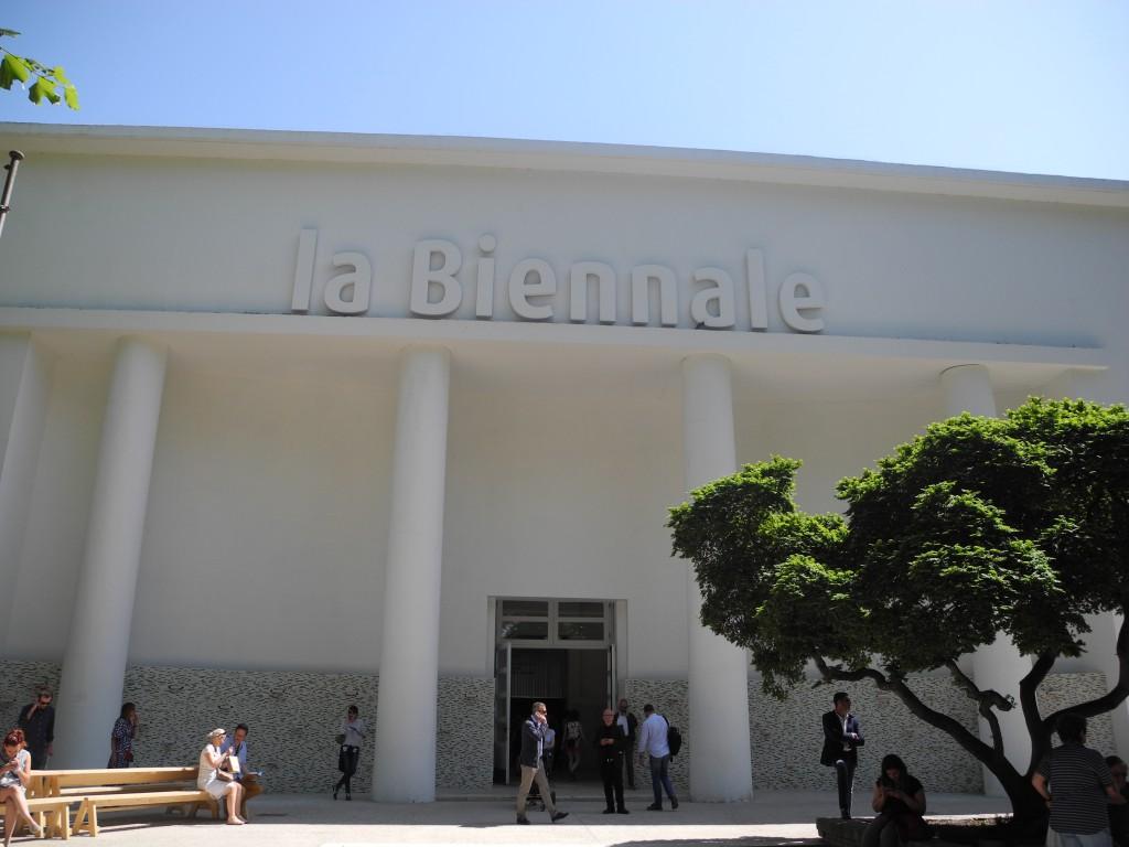 Biennale mit Abbaumaterial im Eingangsbereich statt Glamour